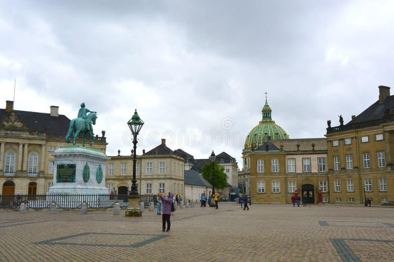 COPENHAGUE, DINAMARCA - 31 DE MAYO DE 2017: vista de Amalienborg Slotspla imagen de archivo