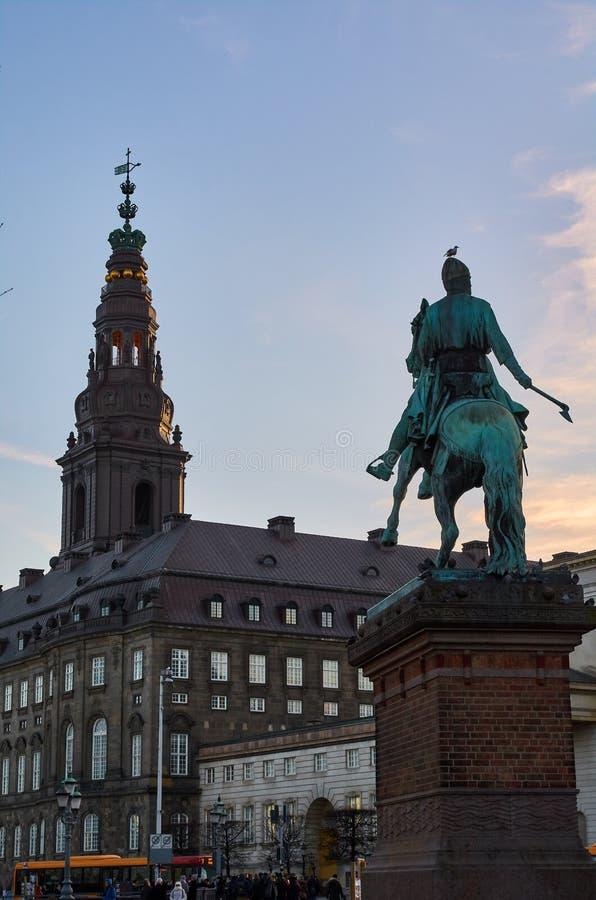 Copenhague, torre del palacio de Christiansborg y de la estatua barrocos de Absalon imagen de archivo