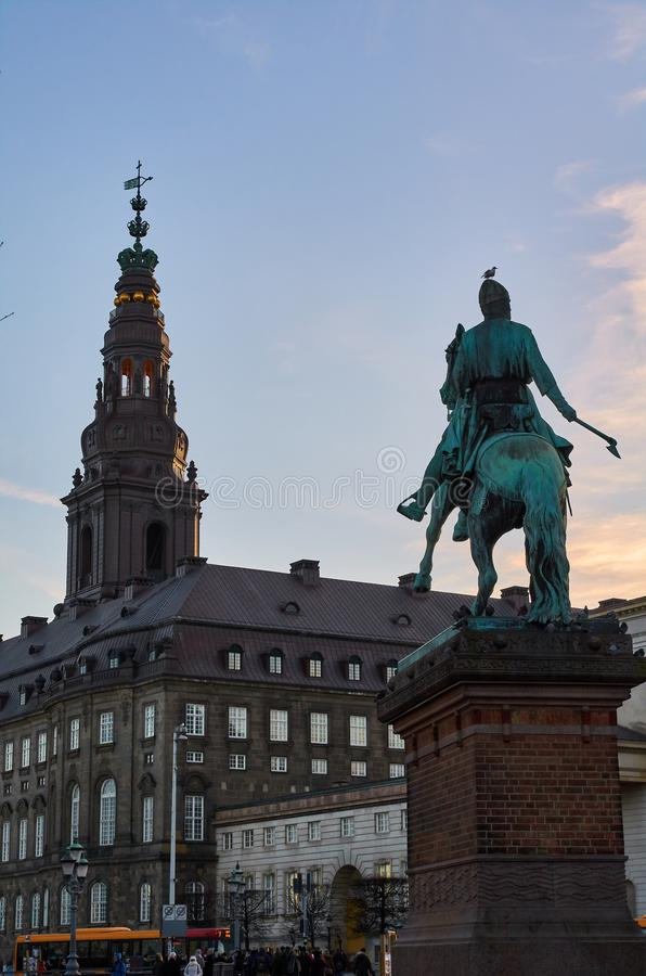 Copenhague, tour du palais de Christiansborg et de la statue baroques d'Absalon image stock
