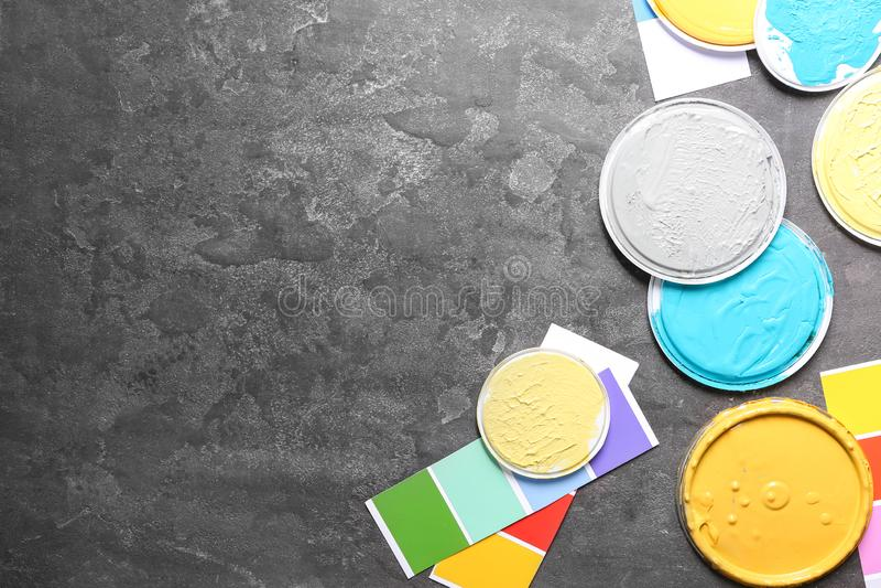 Coperchi con i campioni della tavolozza di colore e delle pitture per la decorazione interna sul fondo grigio immagini stock
