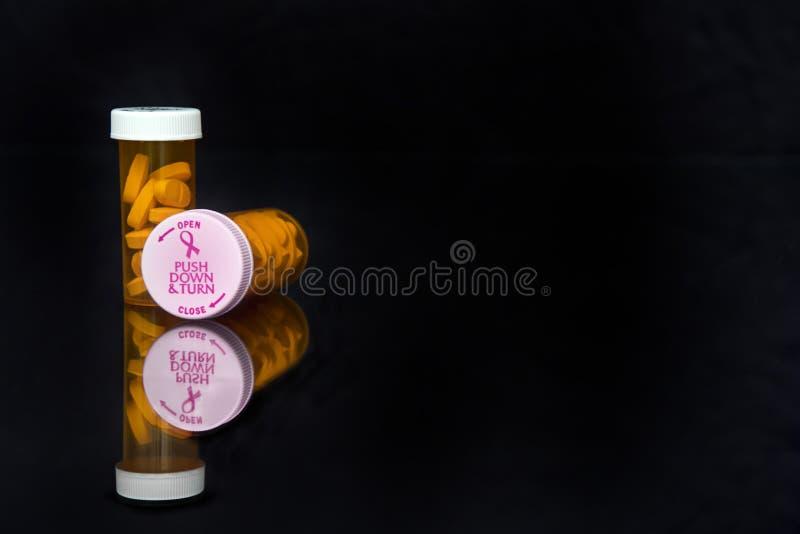 Coperchi di consapevolezza del cancro al seno sulla fiala di prescrizione fotografie stock