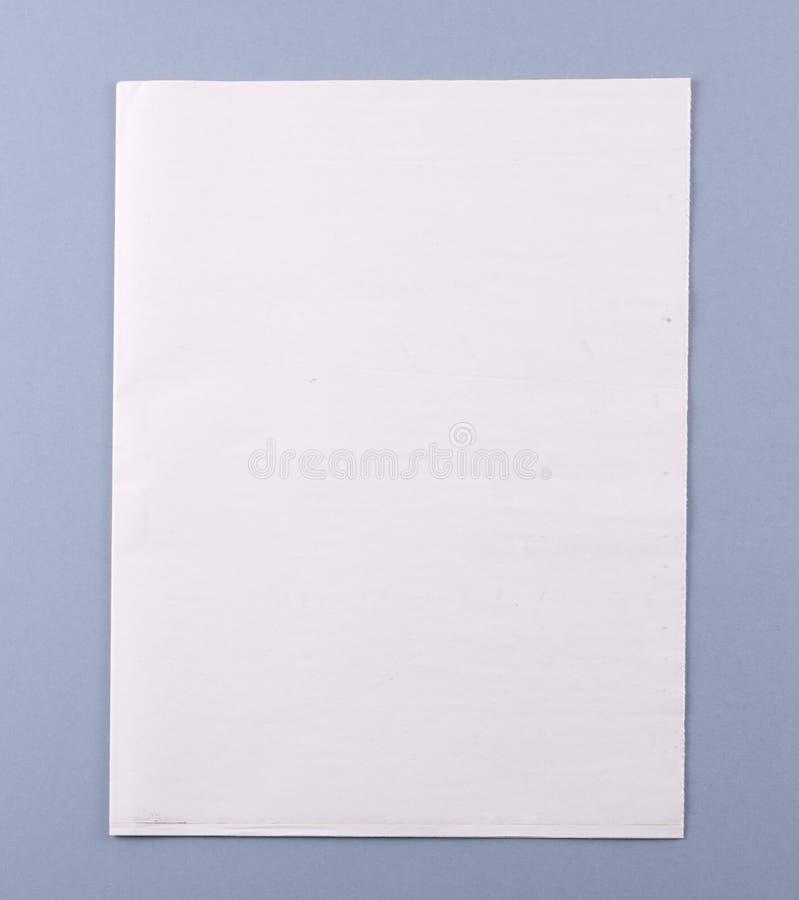 Coperchio in bianco del giornale con il percorso di residuo della potatura meccanica fotografia stock