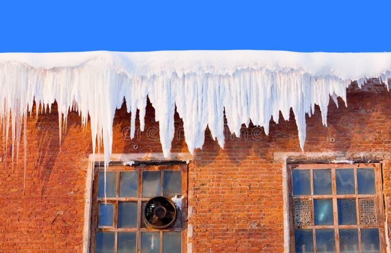 Coperchio di neve sul tetto fotografia stock libera da diritti