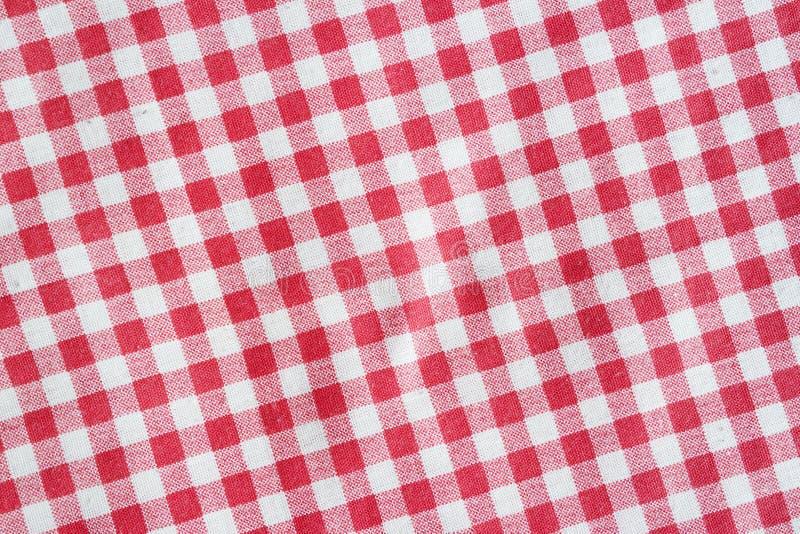 Coperta di picnic sgualcita tela rossa fotografia stock libera da diritti