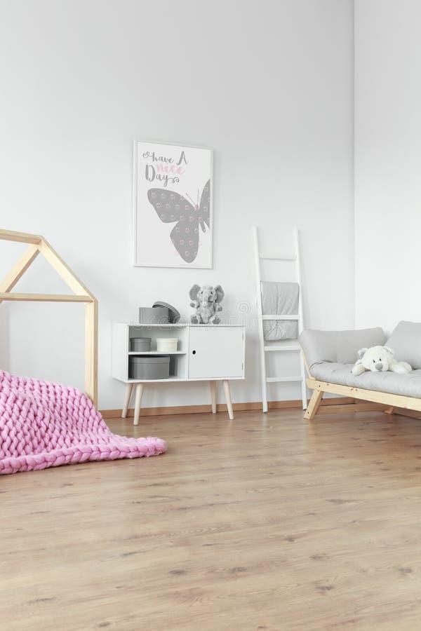 Coperta intrecciata rosa sul pavimento fotografia stock