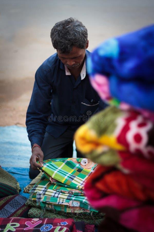 Coperta locale o venditore dei vestiti in India immagine stock