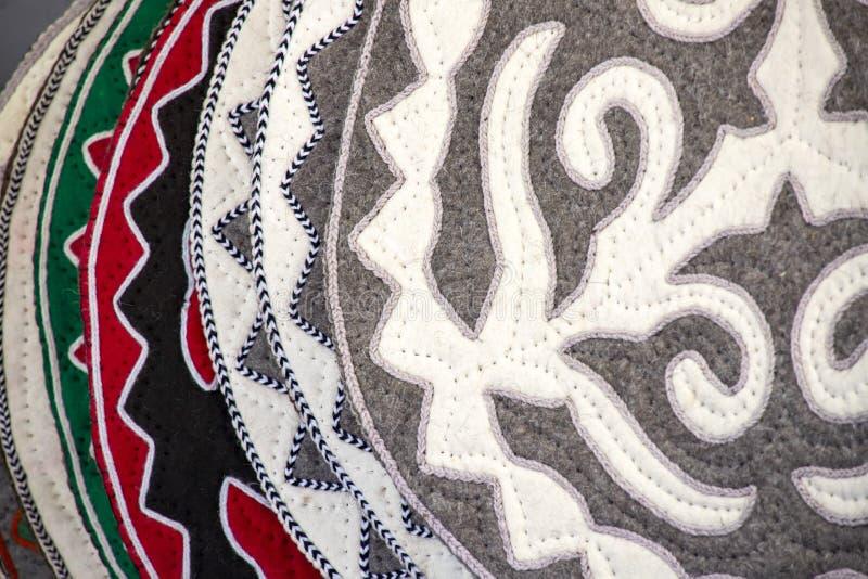 Coperte fatte a mano orientali dal ritenuto da decorato con l'ornamento nazionale mercato Corsa kyrgyzstan fotografie stock libere da diritti