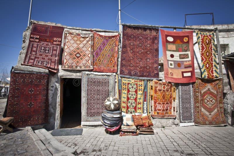 Coperte turche che appendono in un mercato fotografia stock libera da diritti