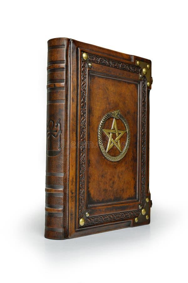 Copertina di libro di cuoio di Brown con il pentagramma dorato ed il simbolo di Ouroboros, circondato con gli angoli profondament fotografie stock