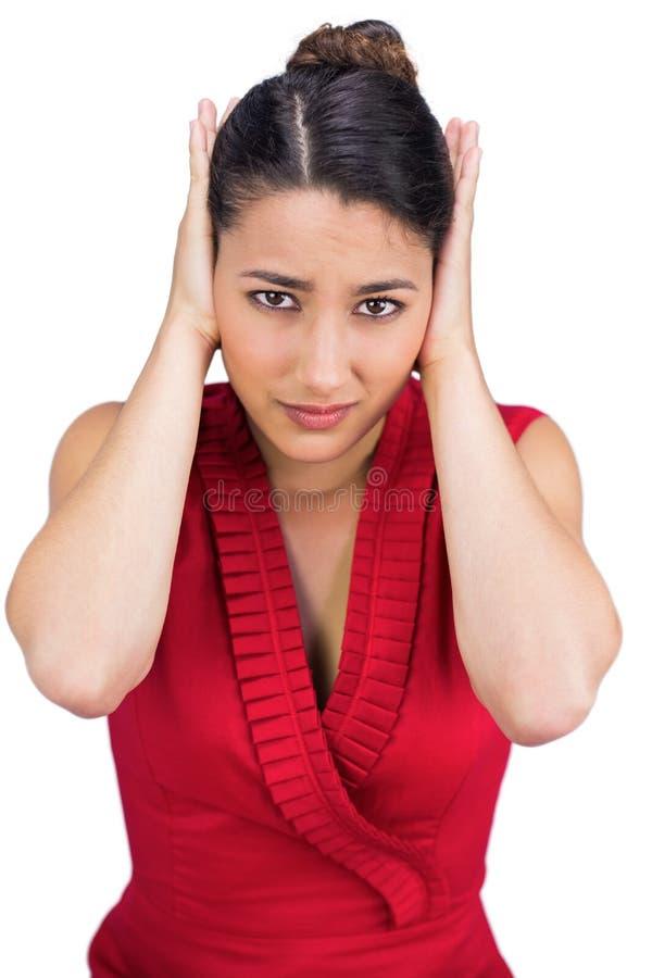 Copertura castana dai capelli legata le sue orecchie fotografie stock libere da diritti