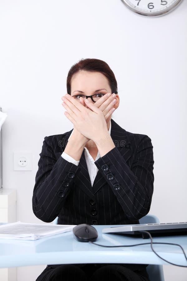 Copertura della donna di affari il suo fronte con le sue mani. immagini stock libere da diritti