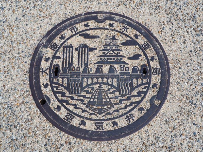 Copertura dello scolo della botola sulla via a Osaka, Giappone immagine stock libera da diritti