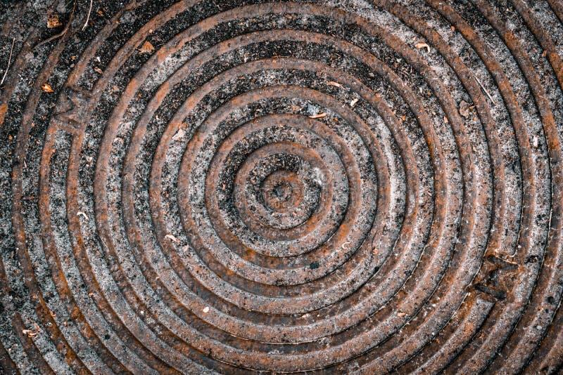 Copertura di botola arrugginita Fondo d'annata della covata di vecchio lerciume immagine stock