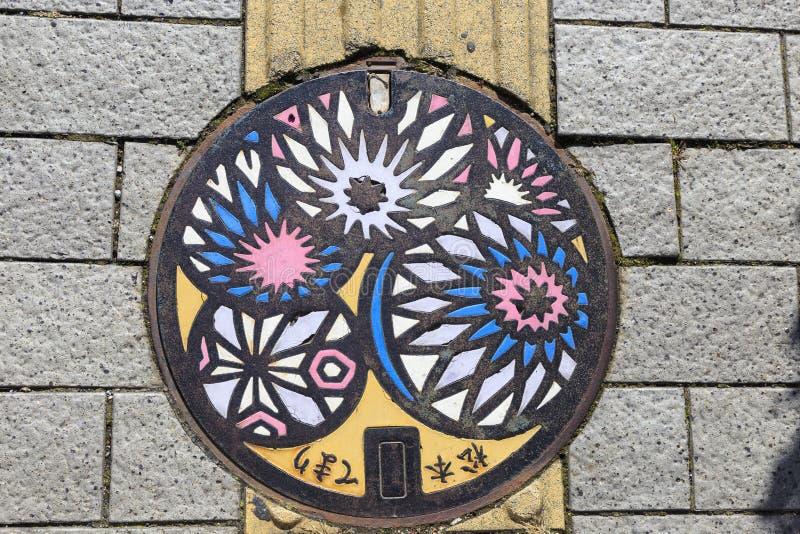 Copertura di botola colorata a Matsumoto immagini stock