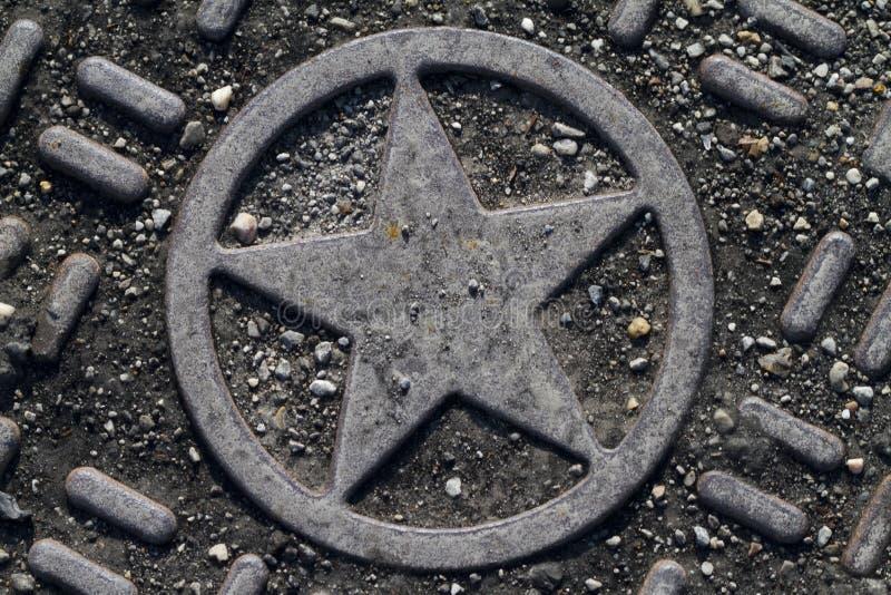 Copertura di botola del cerchio e della stella fotografia stock