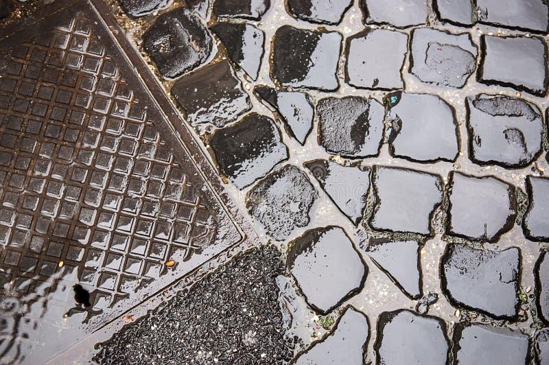 Copertura di botola su pavimentazione fotografia stock
