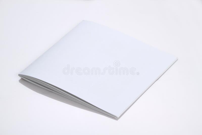 Copertura di rivista in bianco bianca piegata dell'opuscolo per derisione su fotografia stock libera da diritti