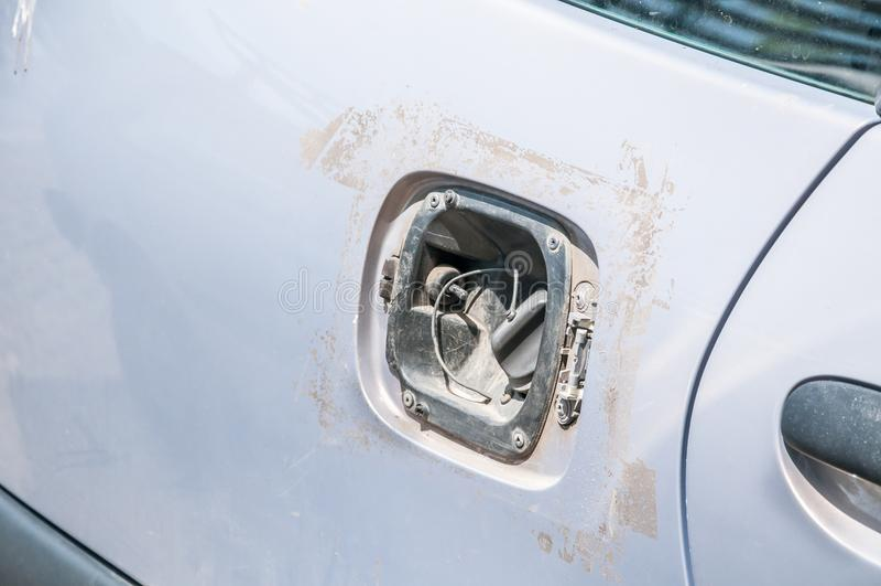 Copertura rubata o tagliata e mancante del serbatoio di combustibile per la benzina nociva dell'automobile o il rifornimento di r immagine stock