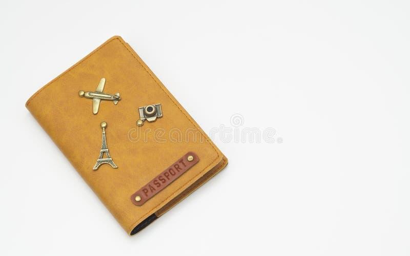Copertura sull'isolato del passaporto su fondo bianco Copertura di cuoio internazionale del passaporto con la decorazione degli o immagini stock libere da diritti