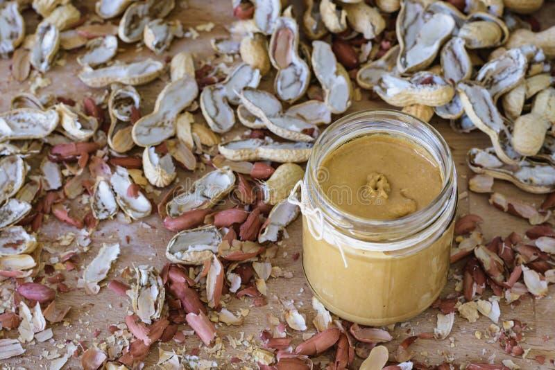 Coperture casalinghe del barattolo e dell'arachide del burro di arachidi fotografie stock libere da diritti