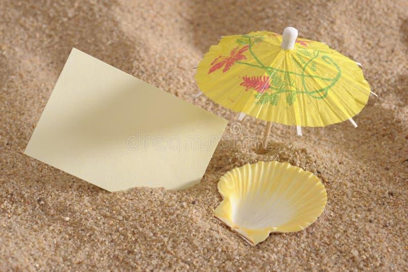 Coperture come deckchair alla spiaggia piena di sole fotografia stock libera da diritti