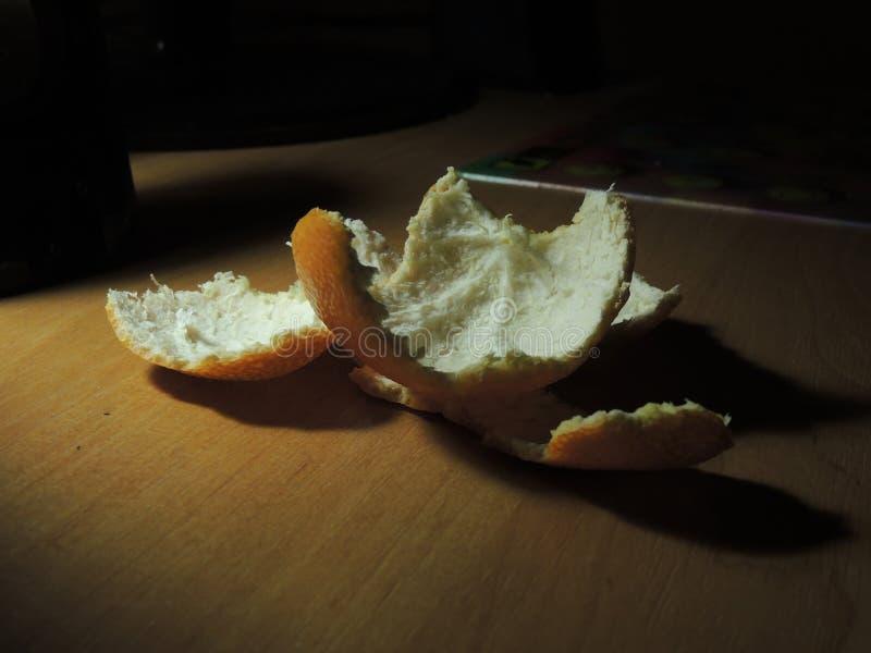 Coperture del mandarino sulla tavola di legno fotografia stock libera da diritti
