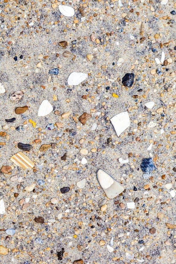 Coperture e pietre alla spiaggia fotografia stock