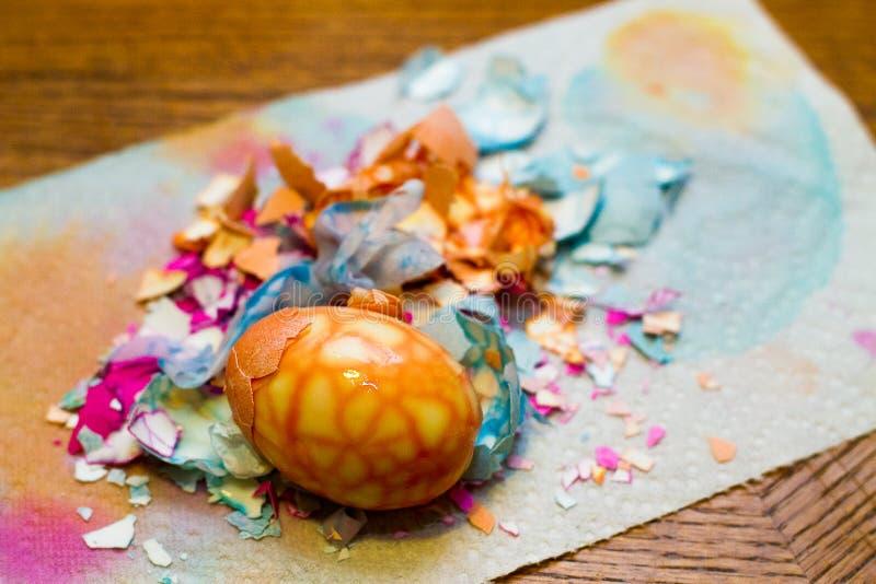 Coperture incrinate variopinte dell'uovo di Pasqua sulla Tabella immagine stock