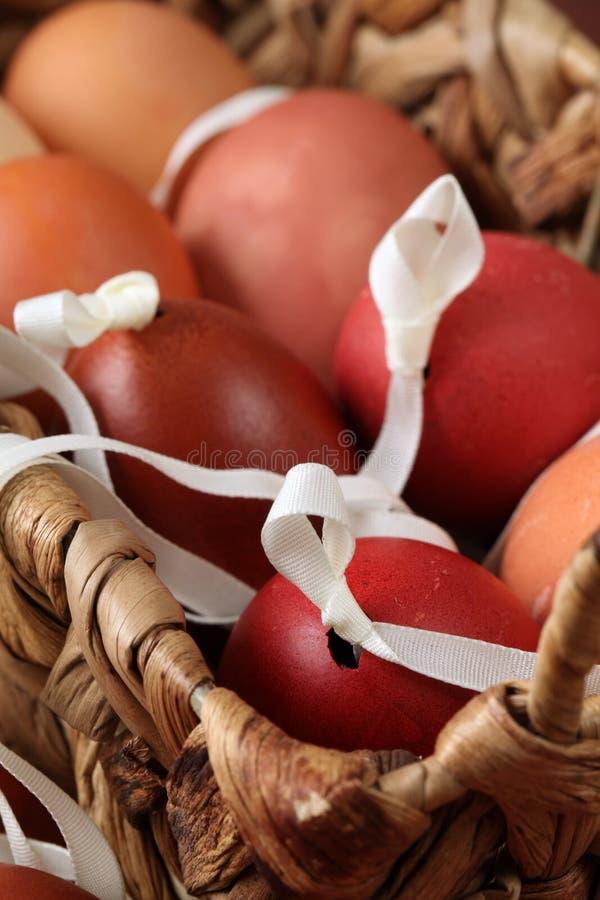 Coperture rosse e marroni dell'uovo di Pasqua fotografia stock libera da diritti