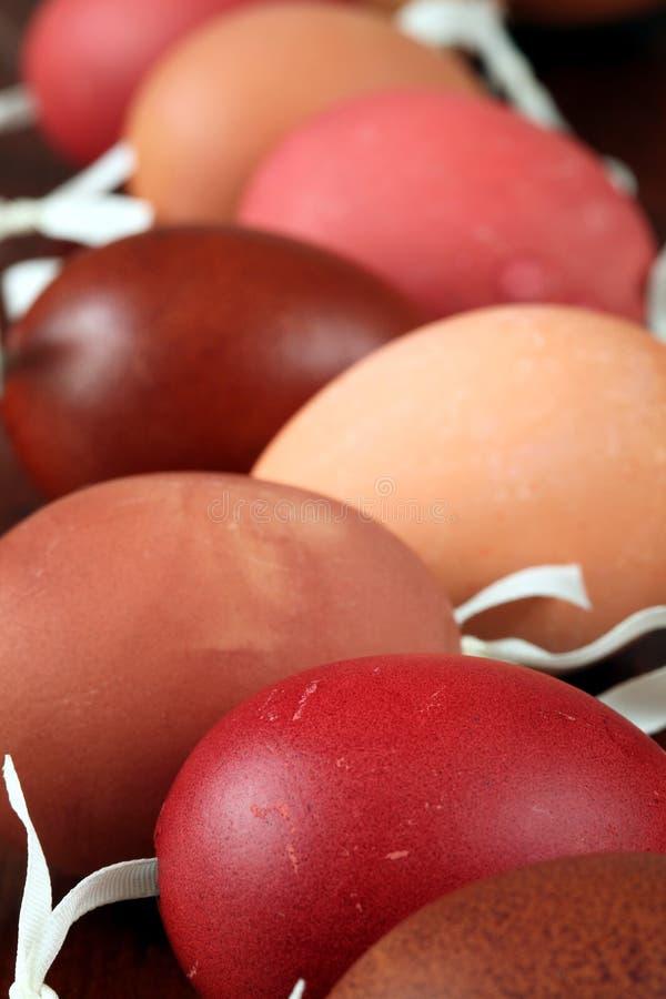 Coperture rosse e marroni dell'uovo di Pasqua immagine stock