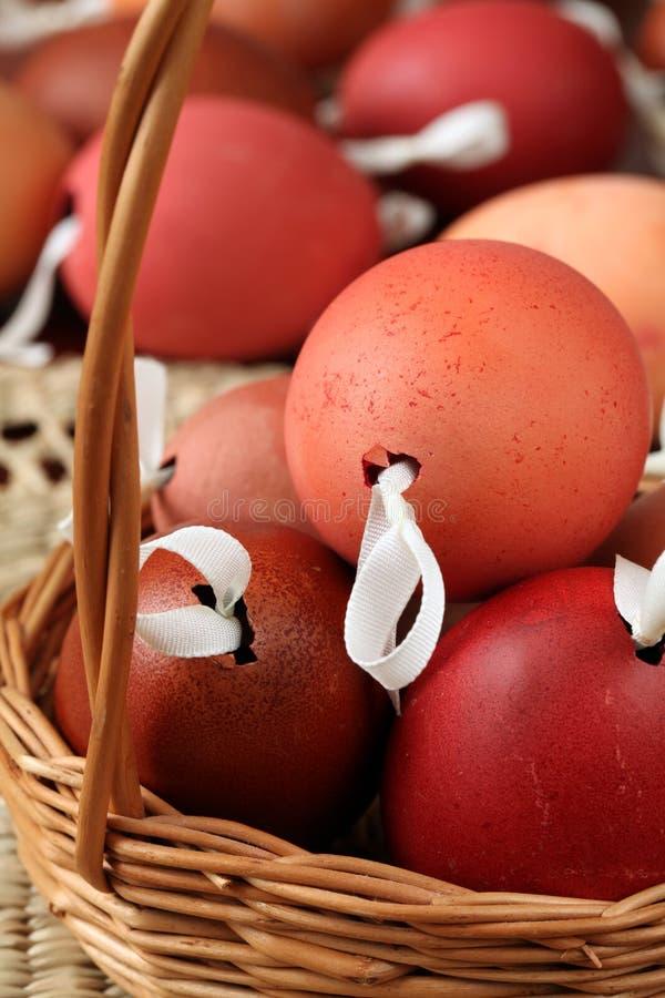 Coperture rosse e marroni dell'uovo di Pasqua immagini stock