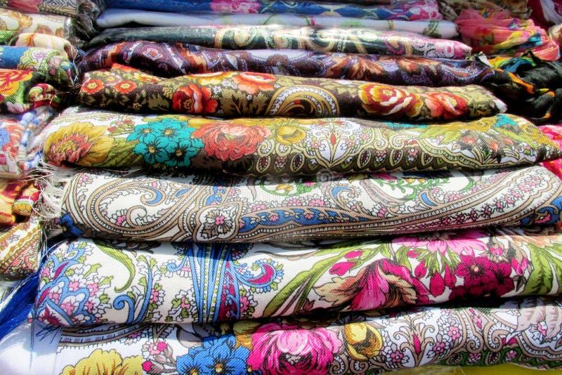 Coperture variopinte tradizionali ucraine della testa del textil con i fiori immagine stock