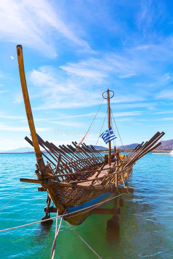 Copia de la nave de Argo del buque prehistórico en el puerto Volos, Grecia imagen de archivo