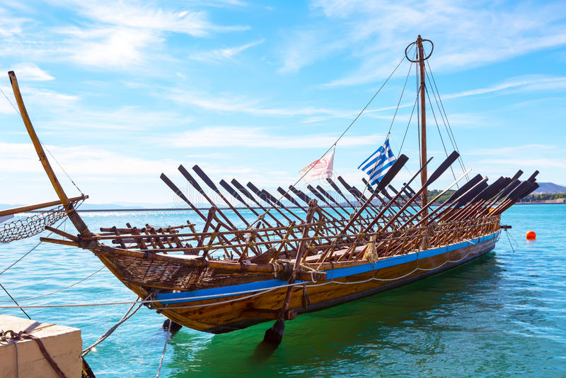 Copia de la nave de Argo del buque prehistórico en el puerto Volos, Grecia fotografía de archivo