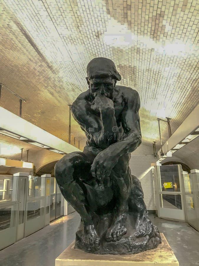 Copia del pensatore di Rodin nella stazione della metropolitana Varenne, Parigi, Francia fotografie stock