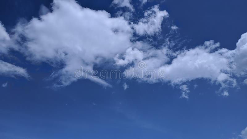 Copiar espaço livre para texto em fundo azul profundo do céu com acumulador branco e fluffy ou nuvem cumulonimbus imagens de stock royalty free