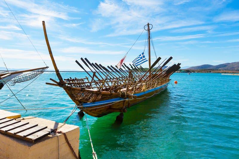 Copie de bateau d'Argo de navire préhistorique dans le port Volos, Grèce image libre de droits