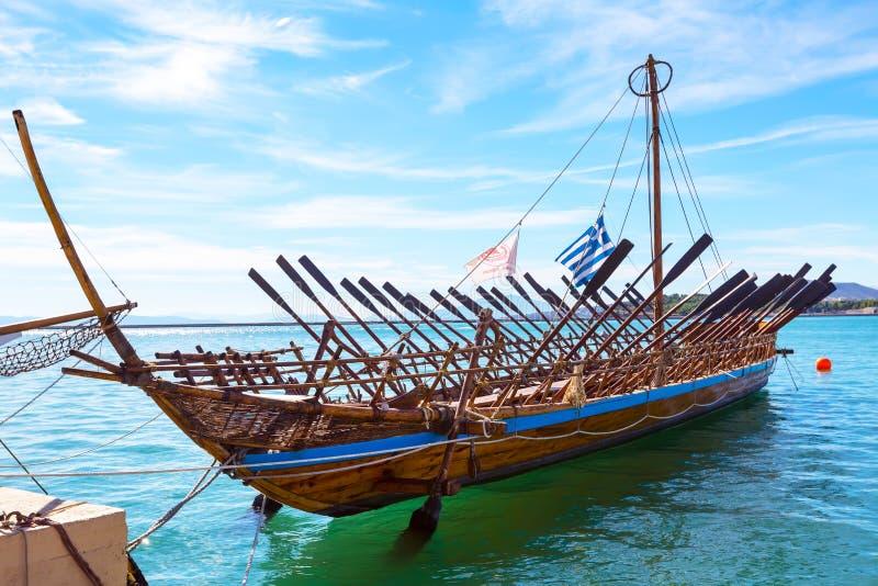 Copie de bateau d'Argo de navire préhistorique dans le port Volos, Grèce photographie stock