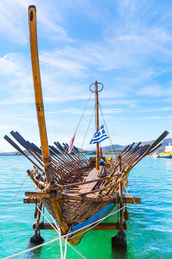 Copie de bateau d'Argo de navire préhistorique dans le port Volos, Grèce photos libres de droits