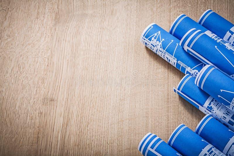 Copie el espacio de los dibujos de ingeniería rodados azul en el tablero de madera c imagen de archivo libre de regalías