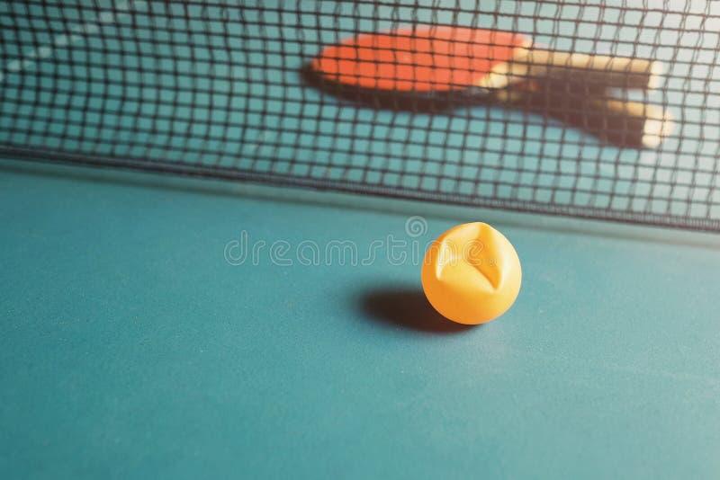 Copie el espacio y el foco suave en la bola de ping-pong quebrada en los tenis de mesa fotos de archivo libres de regalías