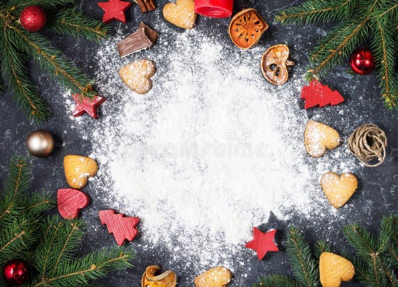 Copie o espaço Cookies do pão-de-espécie das decorações do ano novo feliz e do Natal imagem de stock