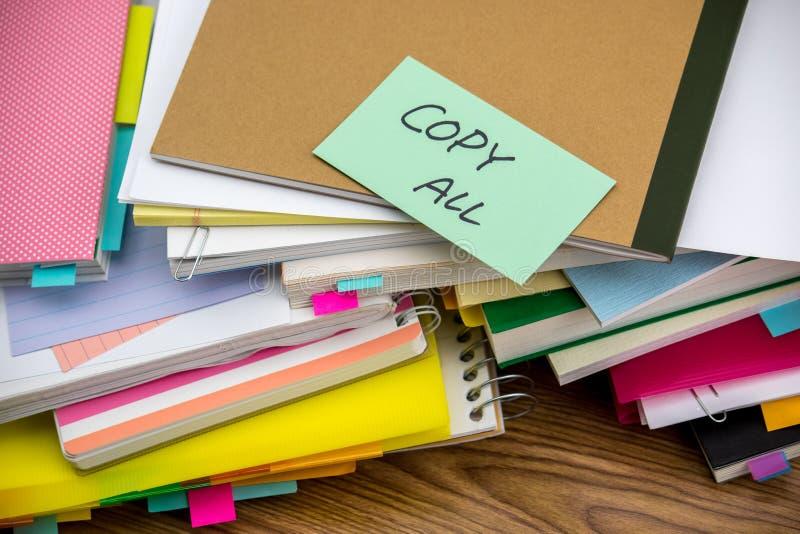 Copie tudo; A pilha de originais de negócio na mesa foto de stock