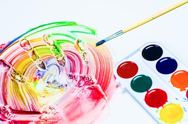 Copies colorées des mains sur un fond blanc photographie stock libre de droits