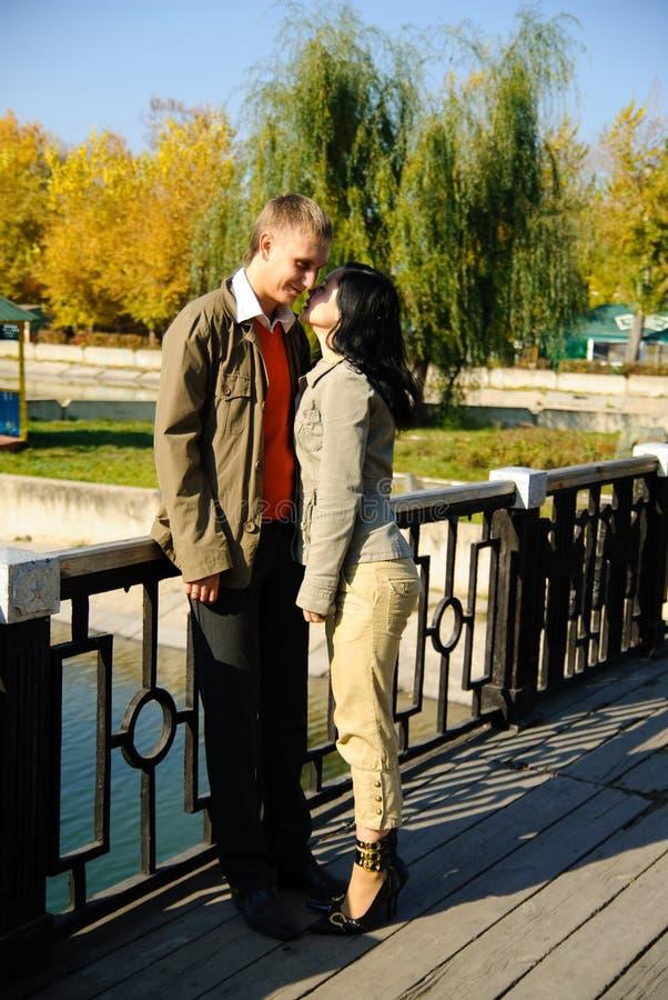 Cople novo romântico imagens de stock royalty free