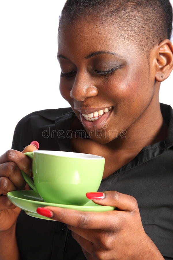 Copo bebendo de sorriso bonito de mulher preta do chá imagem de stock