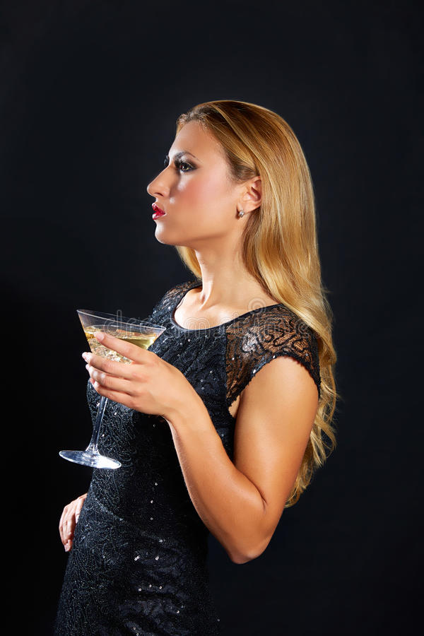 Copo bebendo do vermout da mulher loura da forma foto de stock