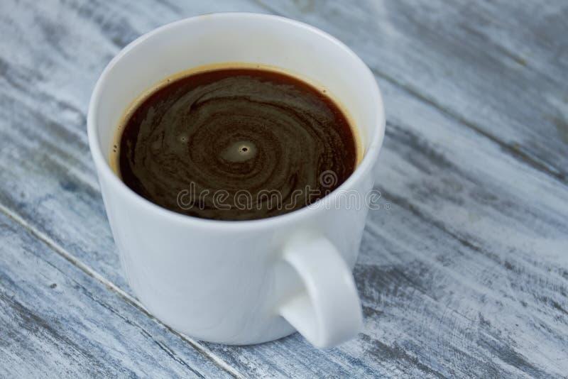 Copo branco com café escuro imagem de stock