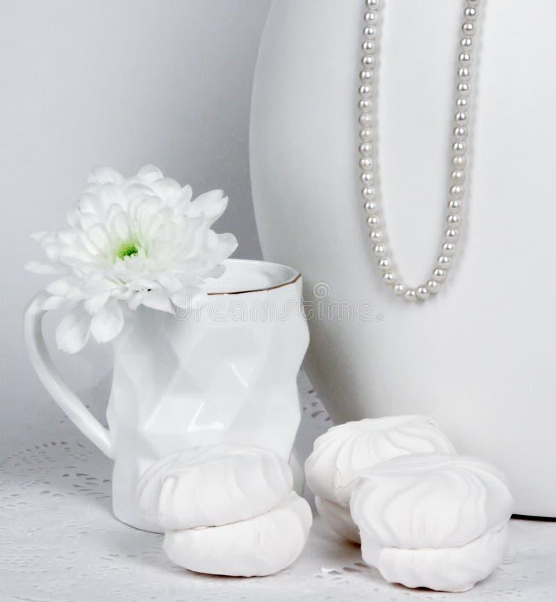 Copo branco com flor branca imagem de stock royalty free