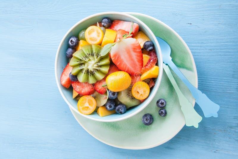 Copo cerâmico com salada de fruto fresco fotos de stock royalty free